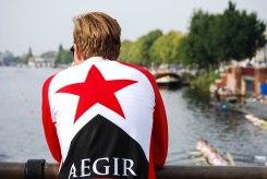 Aegirlid kijkt uit over de Amstel