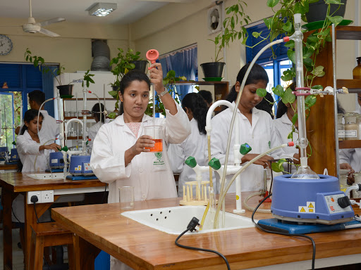 Jayewardenepura Univ Pharmacy students at lab