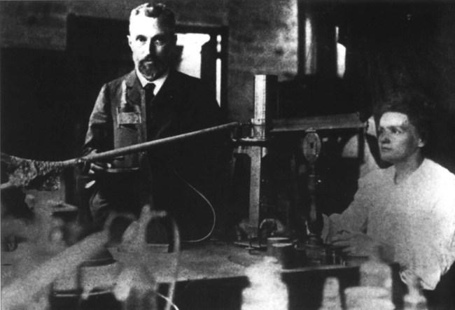 Мария Склодовская-Кюри в лаборатории