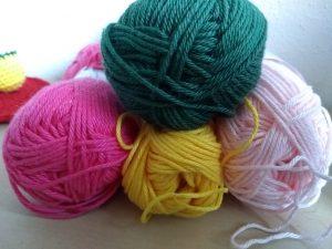 vier bolletje katoen in de kleuren geel, zacht roze, fel roze en groen