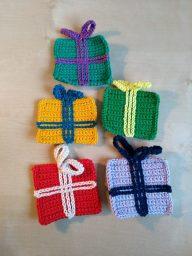 5 cadeautjes gehaakt volgens het patroon van de Studiebolletjes Sinterklaas CAL