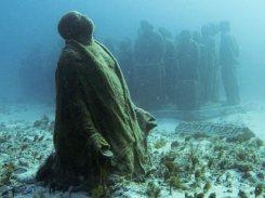 underwater-sculpture-park-cancun-mexico-kneeling_Jason de Caires Taylor