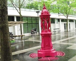 Fontaine Wallace rose, rue Jean Anouilh, Paris.