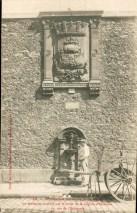Fontaine Wallace en applique, rue Estrapade, Paris, 1903.
