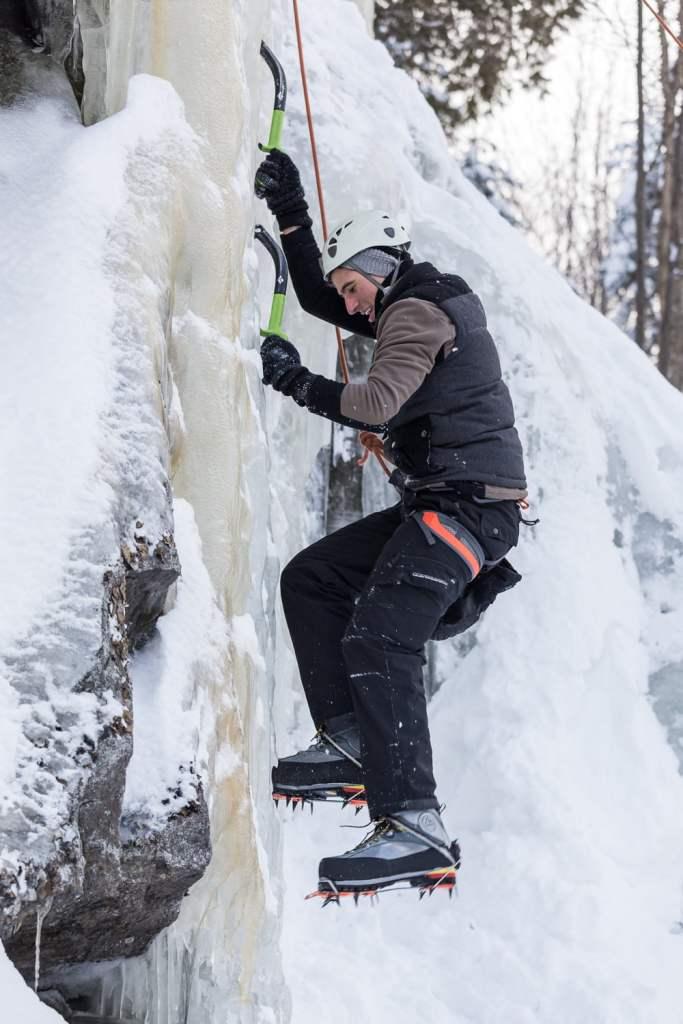 Un grimpeur sur une paroi de glace