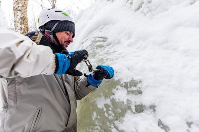 Simon découvre le bonheur des ancrages sur glace comme l'Abalakov. On se rends compte que les vis à glace ne sont pas si facile à utiliser..