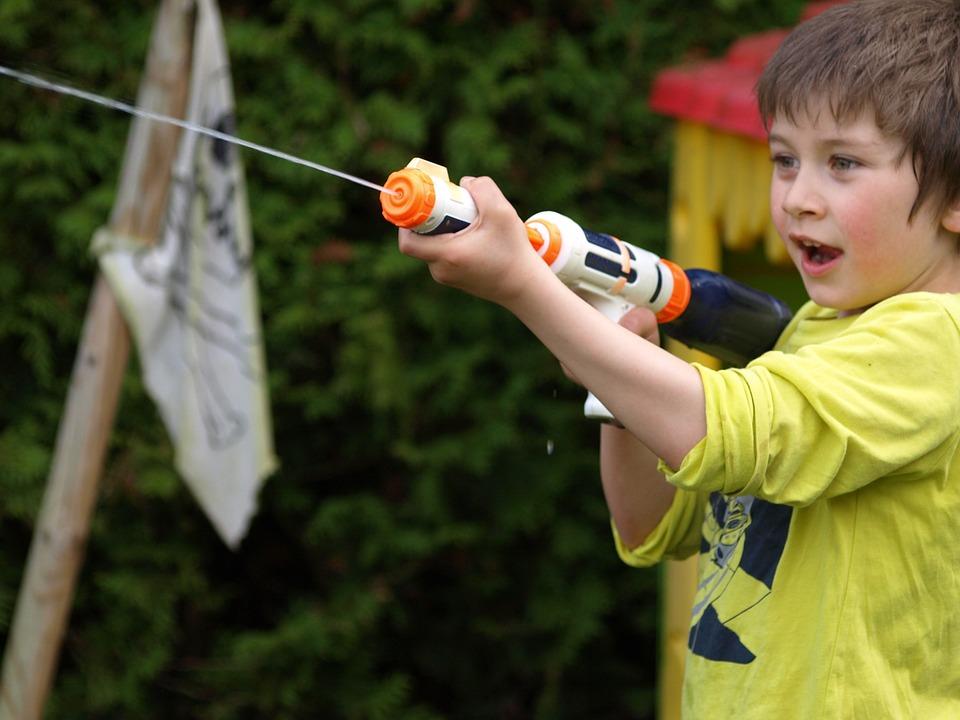 Spelletjes met water tijdens een kinderfeestje