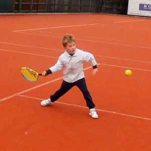 evenement_tournoi_logo_affiche_tennis_jeune_joueur_raquette_communicaiton_ecole_competion_sportive