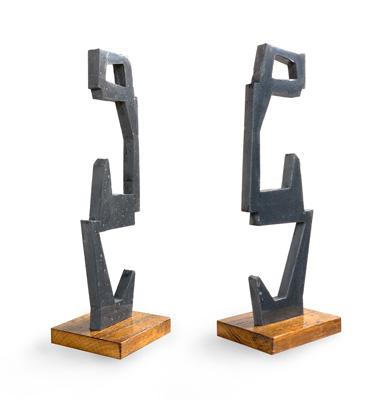 notre histoire - sculpture en beton effet acier avec socle en bois vernis pièce artistique - totem abstrait en mouvement vertical