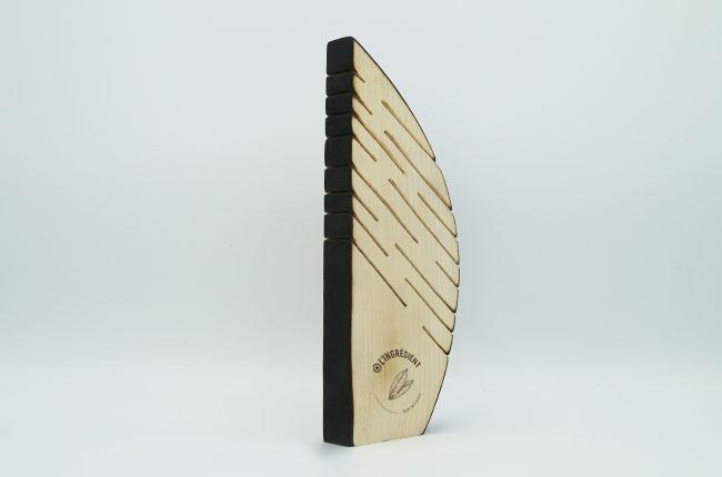 photo d'un trophée en bois gravé, bois érable, made in France, Sculpture artisanale découpée à la scie