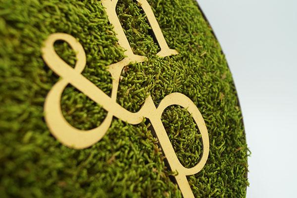 photo d'un détail sur le lettrage d'un logo, découpe laser, logo découpé et gravé, trophée sur mesure et mousse personnalisée