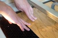 Gravure laser, deux mains artisans, travail du bois, artisanat numérique, trophée sur mesure