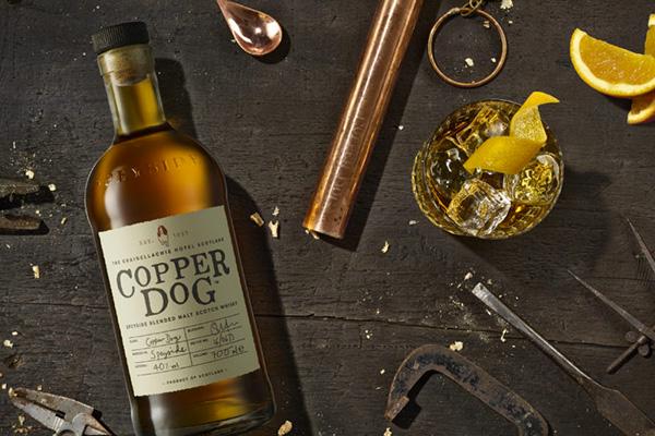 bouteille de whisky écossais, copper dog marque, coffret limité pour les fêtes, ambiance festive et chaleureuse, cadeaux artisanaux sur mesure, personnalisé un sous bock avec une recette