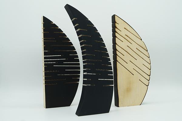 serie de trois sculptures à personnaliser,creation en bois sur mesure, bois sculpté et découpé avec des stries, pièces artistiques RSE