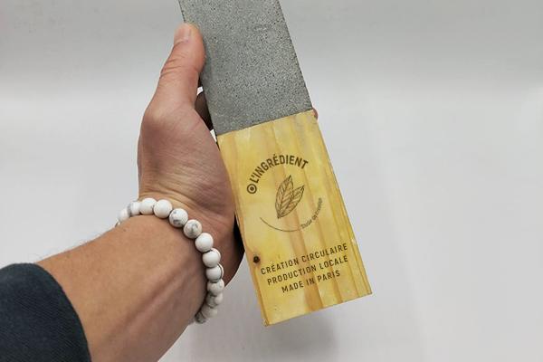 Remise d'un trophée en béton et bois, prise en main du trophée artisanal, Artisanat contemporain, upcycling, prix de l'environnement, prix de l'engagement, gravure sur bois personnalisé sur trophée
