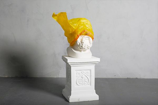 sculpture art contemporain, portrait ancien avec sac plastique jaune sur la tête, art contemporain, trophée sculpture, trophée prestigieux