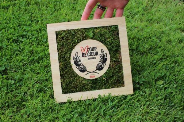 trophée végétal posé sur l'herbe, bois et mousse, studio l'ingrédient