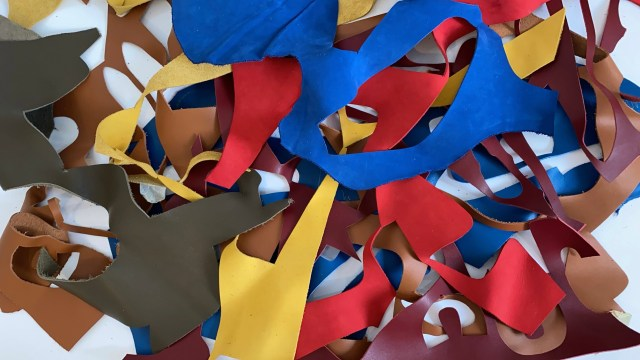 Chutes de cuir, cuir découpé et coloré, tas de déchets, création trophée upcyclé, récompense en cuir recyclé sur mesure