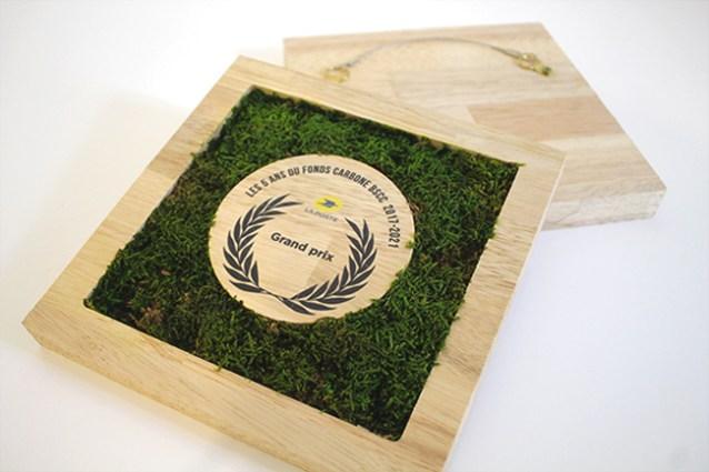 présentation du nouveau trophée la Poste pour un événement professionnel, création et fabrication de trophées végétaux sur mesure, bois et mousse stabilisé, objet décoratif made in France