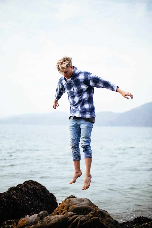 springende man op een rots