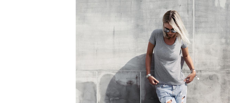 Vrouw voor een grijze muur