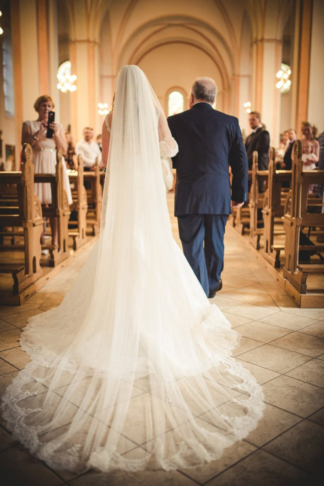 Hochzeitsfotograf Wetter Brautkleid-Einzug Kirche offene Schleppe