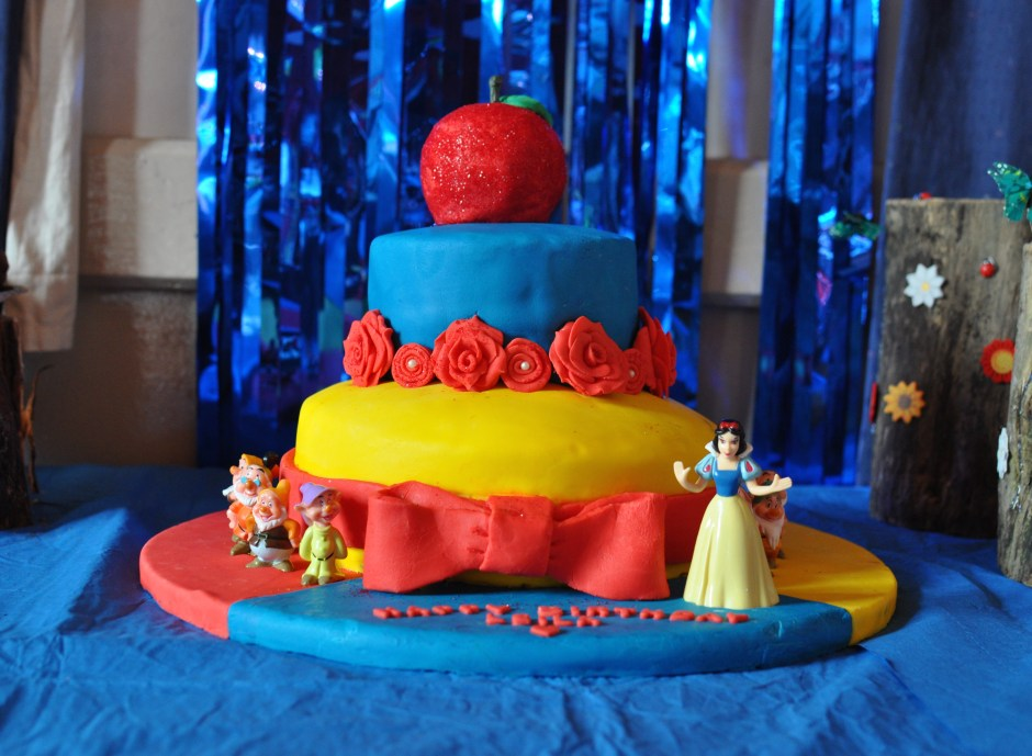 snow white theme cake
