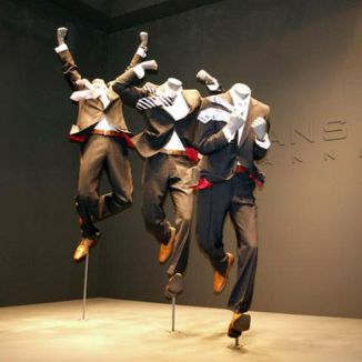 """Maniquíes en movimiento donde la ropa está trabajada """"modo forzar"""""""