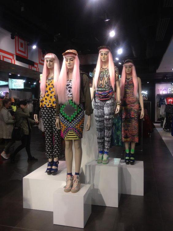 Grupo de maniquíes con elemento en común, las pelucas