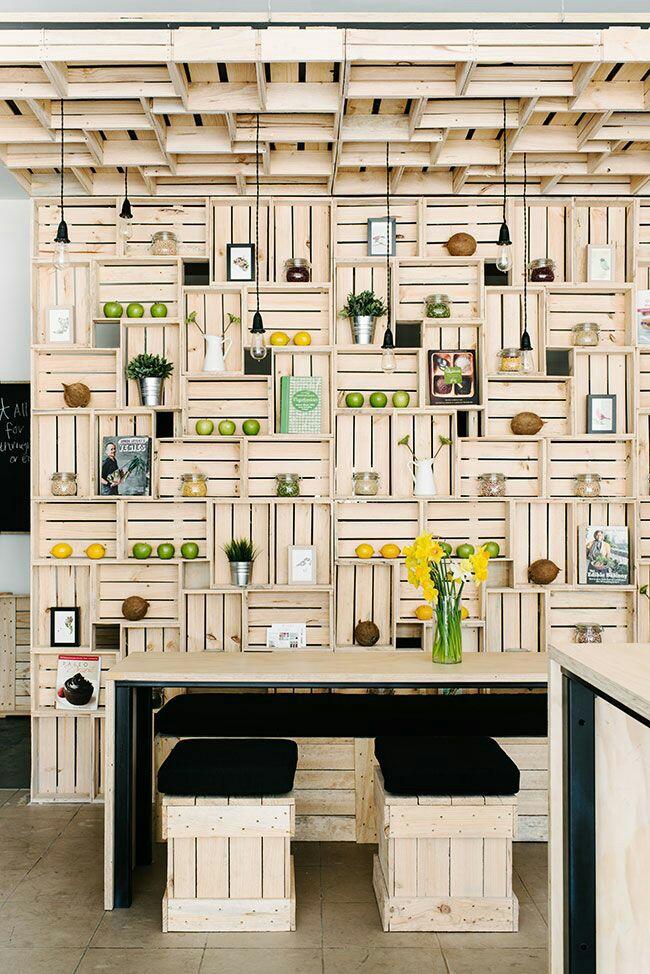 Interior de tienda con cajas de madera