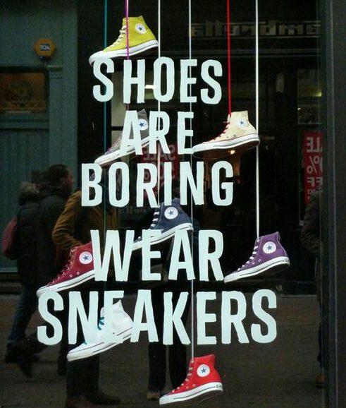escaparate de zapatillas de deporte