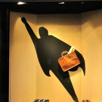 Concepto de escaparate en Milán con zapatos