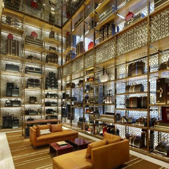 Tienda con toques metalizados y alturas de paredes infinitas