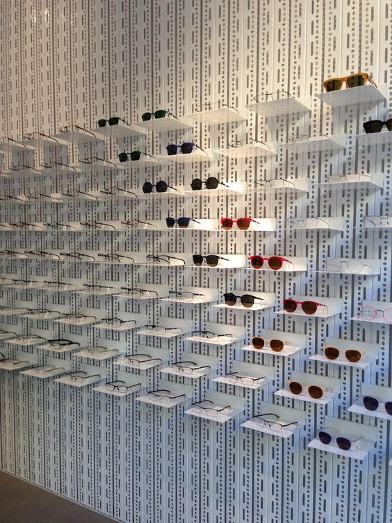 Interior de tienda de óptica con diseño actual y colocación muy lograda