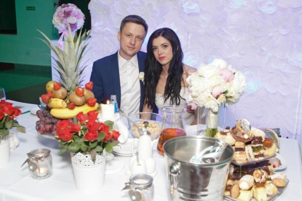 Para Młoda przy stole weselnym