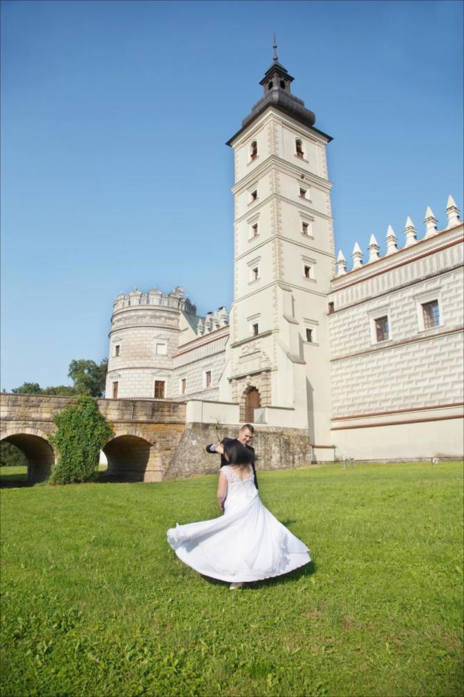 Sesja ślubna pod zamkiem w Kasiczynie