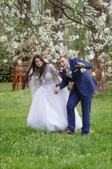 Sesja ślubna kwitnące kwiaty wiśni