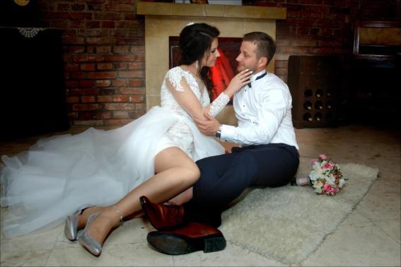 Sesja ślubna przy kominku