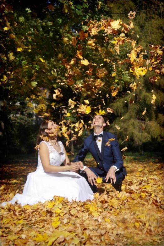 Sesja ślubna w jesiennych liściach