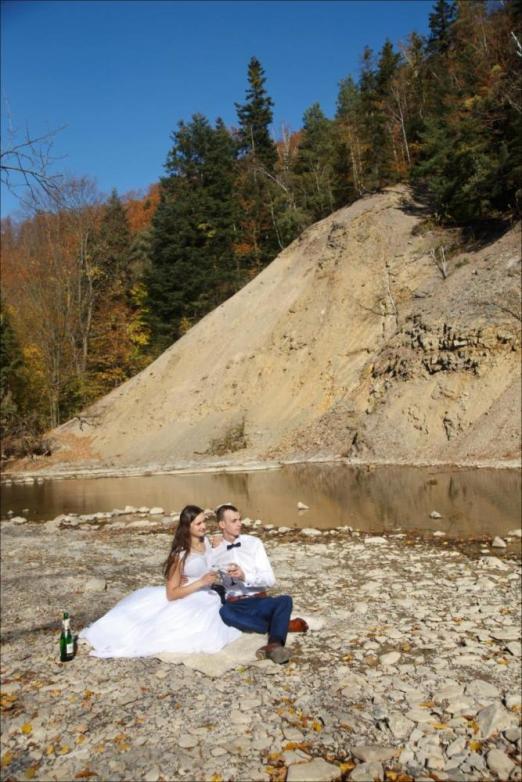 Sesja ślubna w plenerze nad rzeką