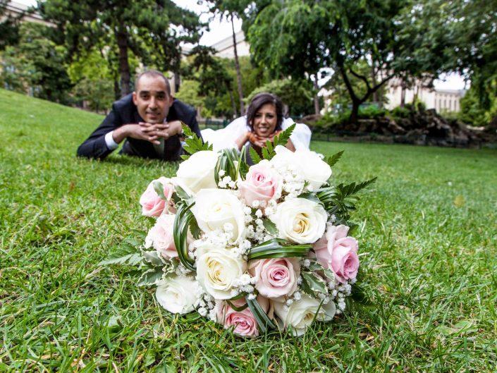 couple allongés parc bouquet roses