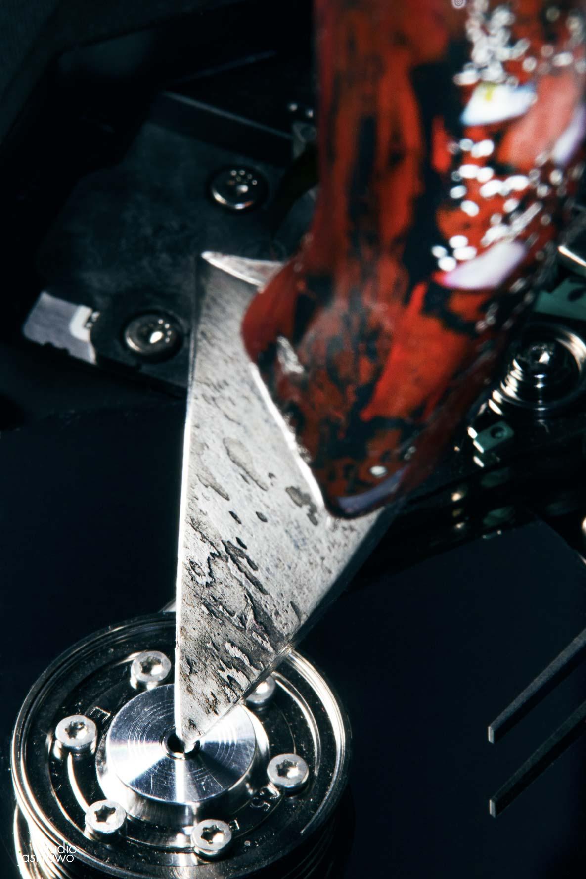 nóż z czerwoną rękojeścią postawiony pionowo
