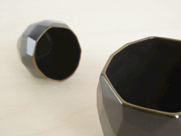 C01 Poligon back general detail - black polygons facetted design
