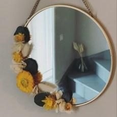 Miroir métal doré et fleurs jaunes