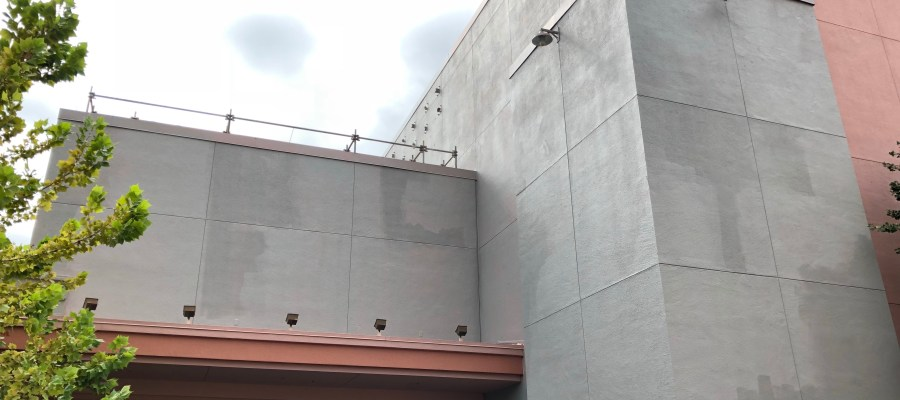The Muppet Vision 3-D exterior building structure near and directly above the theatre's guest exit has received a new exterior paint color. These exterior walls face the future Star Wars: Galaxy's Edge land and also now have steel anchors protruding from the vertical wall surface as captured in the photos below. Stay tuned here at Hollywood Studios HQ for up to the minute updates. Disney's Hollywood Studios. Photo by John Capos
