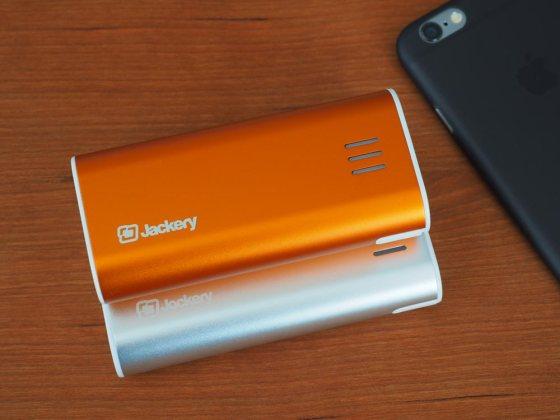 Jackery Fit (silber) und Bar (orange) im Größenvergleich