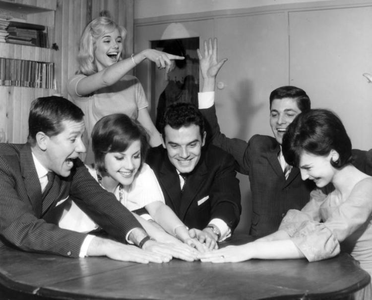 Jongeren doen gezelschapsspelletjes. Nederland, 1961.