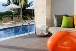 Swim up seat and lounge area