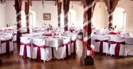 Hochzeitsdeko in Bordeaux-weiß