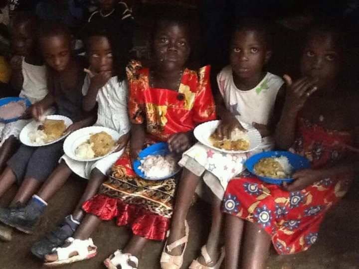 Gemeinsames Essen an Weihnachten, gespendet von Pastor Asiimwe Tobius